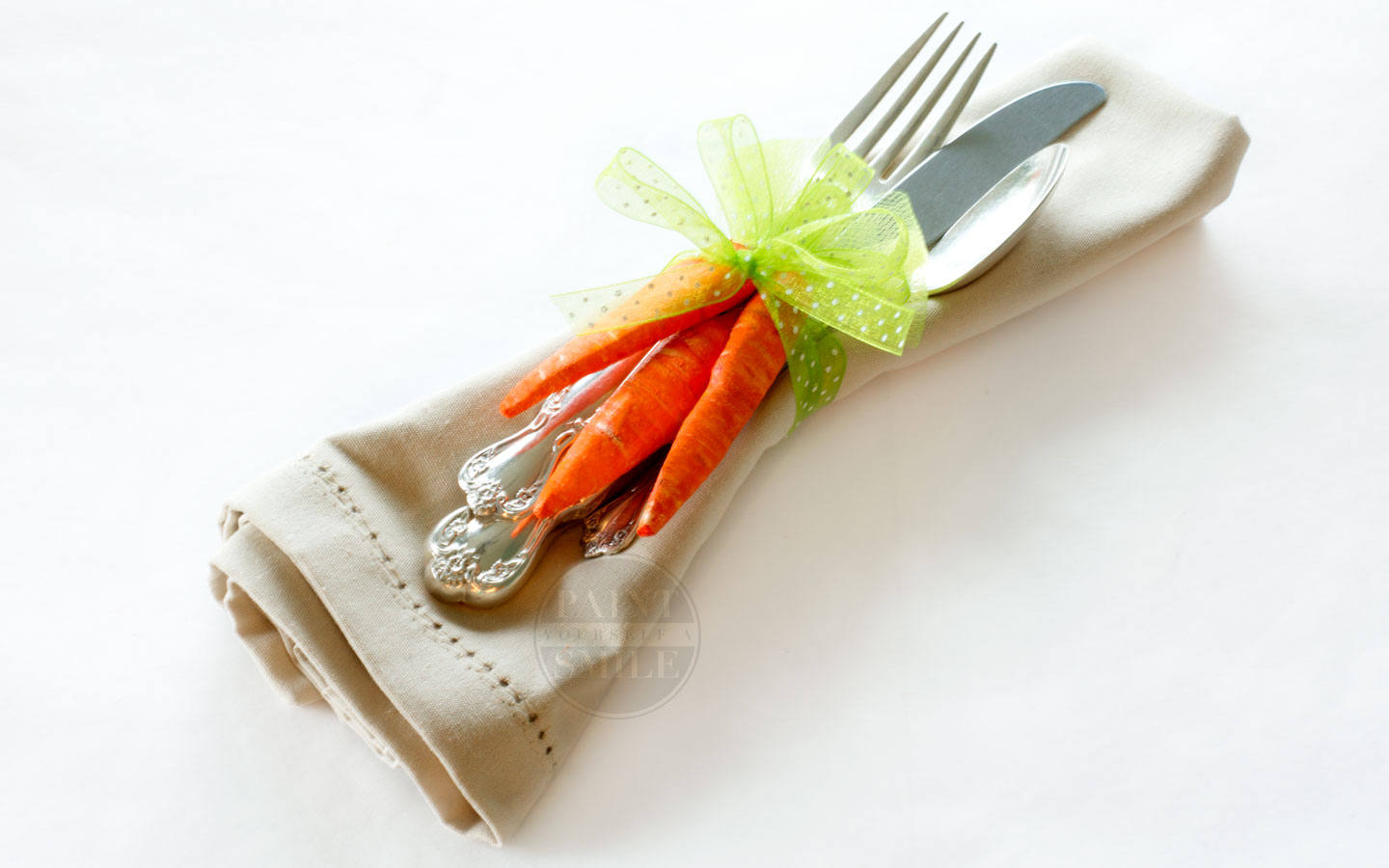 Super cute craft! DIY Easter Décor & Napkin rings. Make your own Easter carrots.
